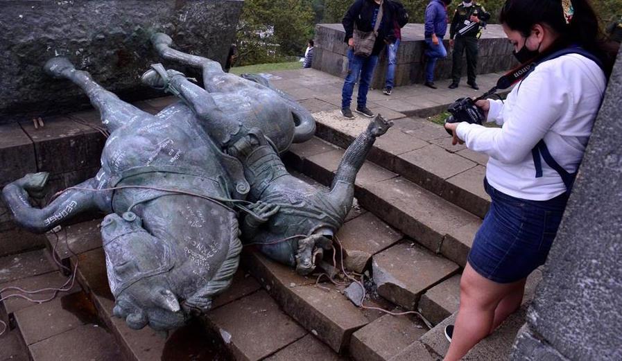 Activistas indígenas tiraron la estatua de un conquistador español en Colombia
