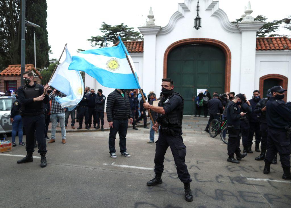 Policías argentinos rodean la casa presidencial exigiendo mejores salarios