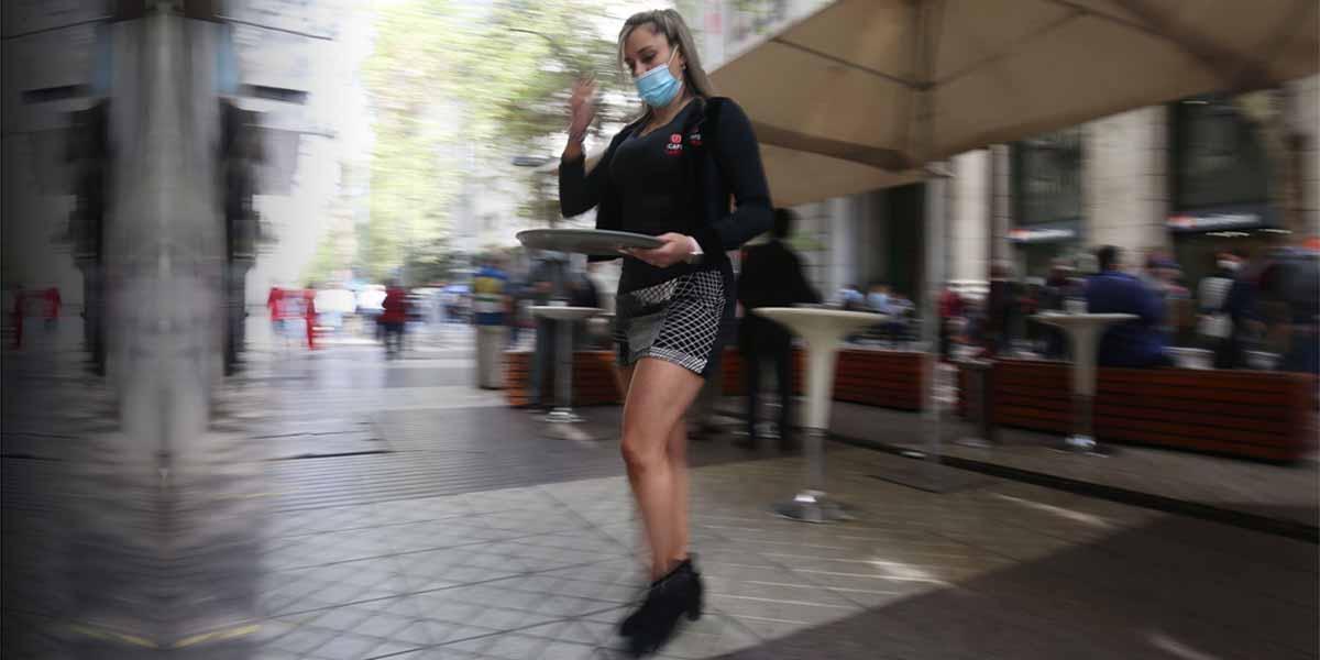 Los polémicos «cafés con piernas» reabren en Chile bajo críticas de machismo
