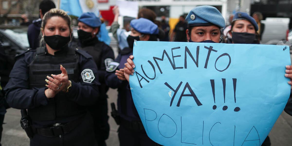 Policías argentinos rodearon armados la residencia presidencial exigiendo mejores salarios