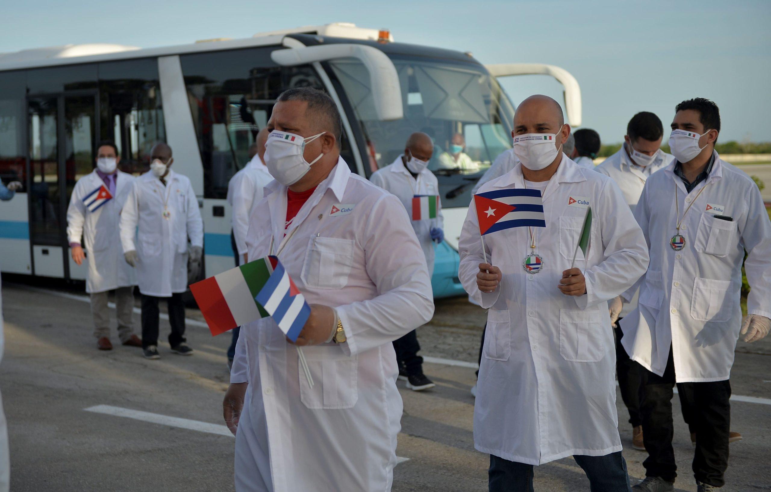 Médicos cubanos denuncian que el gobierno los trata como esclavos
