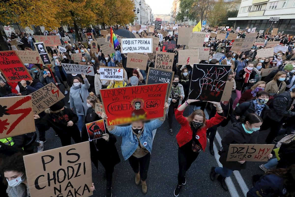 Protestas feministas obligaron al gobierno de Polonia a pausar la restricción del aborto⚡