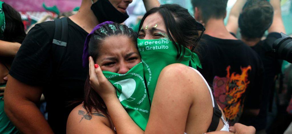 Mujeres se abrazan en Buenos Aires mientras se conoce la resolución de la cámara de diputados sobre el aborto en Argentina. Reuters