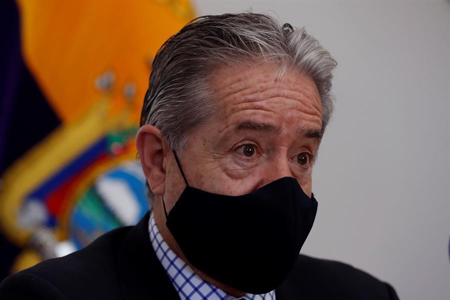 El ministro de salud de Ecuador vacunó a su familia antes que otras personas de grupos prioritarios🤦♂️