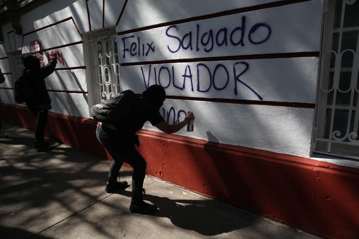 El presidente de México respaldó la candidatura de un presunto violador pese a las protestas de mujeres