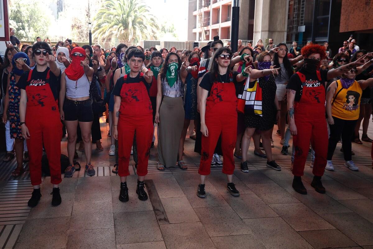 LasTesis, creadoras de 'Un violador en tu camino', lanzan un manifiesto feminista para combatir el machismo ✊💜