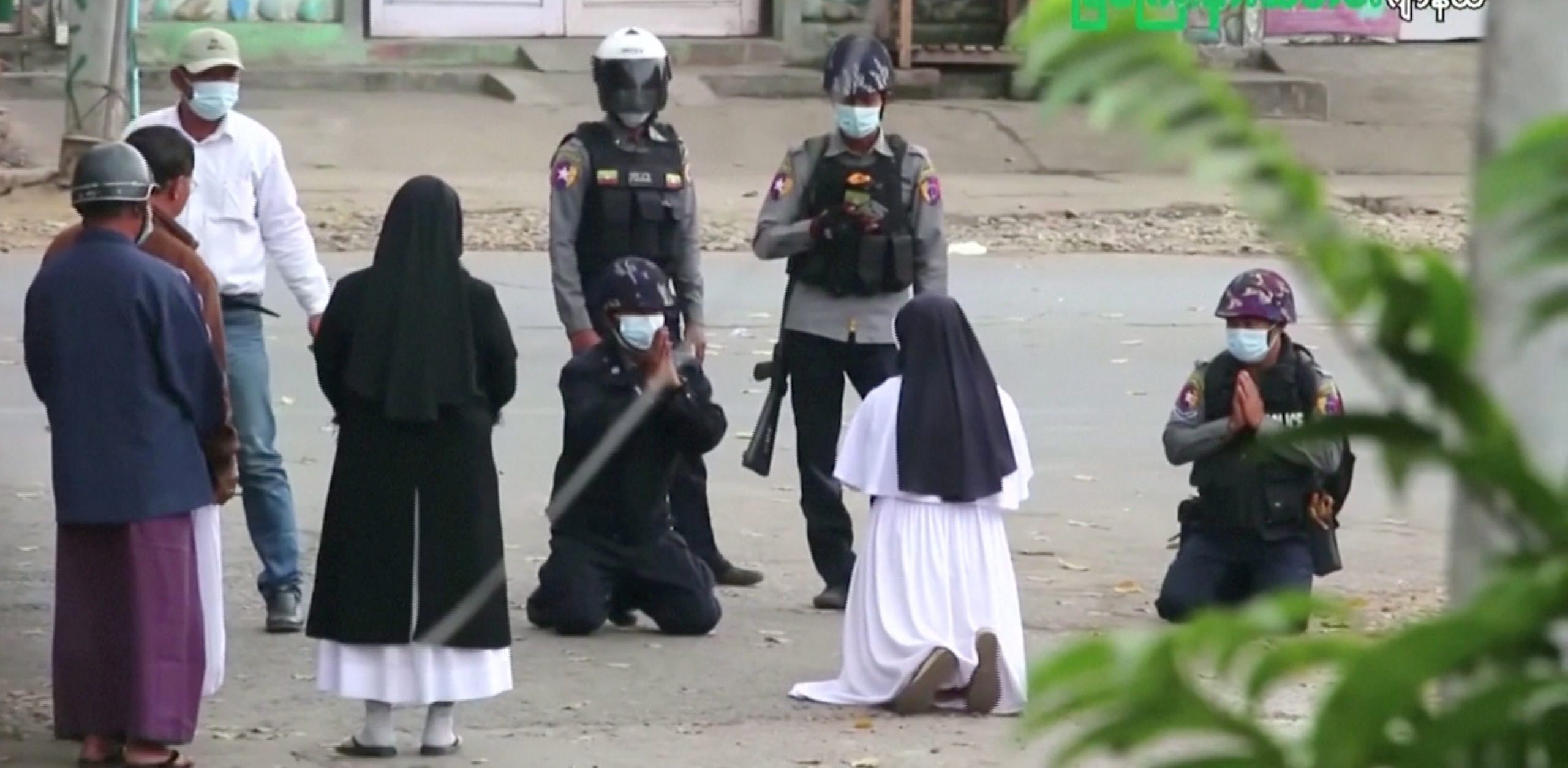 «Dispárame a mí»: una monja se arrodilló ante militares para salvar a niños en Birmania