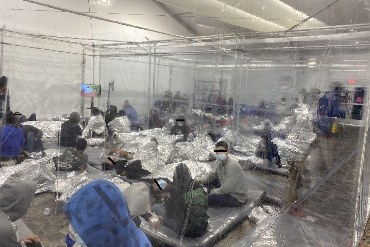 Fotos de niños migrantes en centro de detención en Estados Unidos generan preocupación internacional