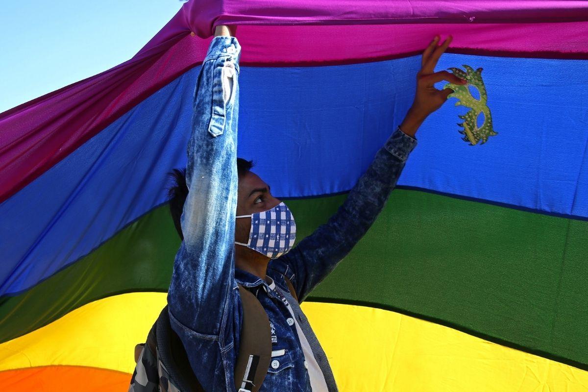 Polonia podría prohibir la adopción de niños a parejas gay 🤨